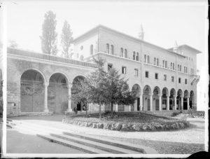 Portico del palazzo della Provincia su piazza S.Francesco.